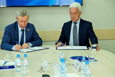"""Сидеров и заместник-секретарят на Генералния съвет на  управляващата партия в Русия Андрей Климов подписаха протокол за  резултатите от срещата на АТАКА и """"Единна Русия"""" и очертаха  сътрудничеството на двете партии"""