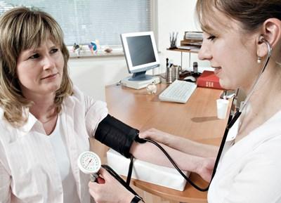 """Най-малкото, което човек може да направи като профилактика, е поне да си премери неколкократно кръвното налягане, за да знае какви са стойностите, тъй като хипертонията """"не боли"""". СНИМКА: ДАК"""