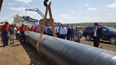 Премиерът Бойко Борисов и министърът на енергетиката Теменужка Петкова инспектират строителството на газопровода Лозенец-Недялско на 17 август миналата година.