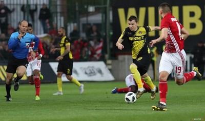 Тодор Неделев гони топката в мача за купата.