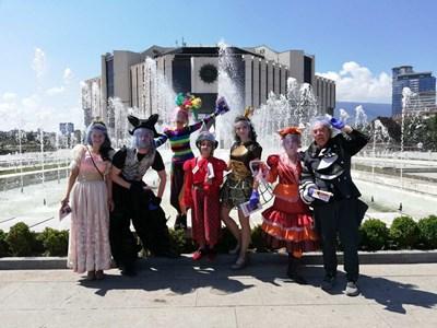 Пеещите актьори канят децата на мюзикъли на открито пред НДК. СНИМКИ: АРХИВ НА ОПЕРЕТАТА