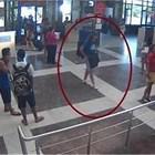 Камери на летището заснемат Хюсеини да обикаля в зоната за пристигащи пътници.