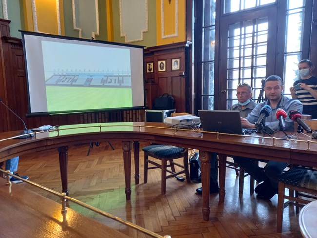 Роман Пещерски (на преден план) представи проекта за новия стадион
