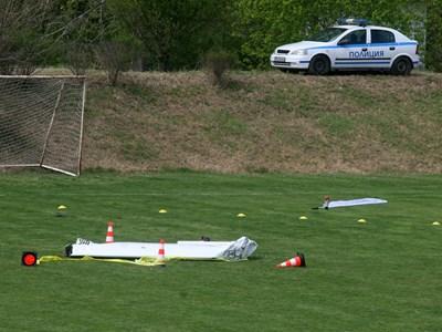 Крилото на самолета, управляван от Стефан Василски, паднало на стадиона. СНИМКА: Евгени Цветков