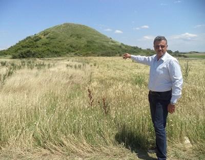 """Малтепе е с огромни размери и по тази причина е запазена от иманяри, казва кметът на община """"Марица"""" Димитър Иванов."""