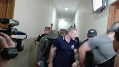 Обвиняемите бяха доведени с белезници в бургаския съд. Снимка:Авторът