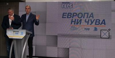 Зам.-шефът на ГЕРБ Цветан Цветанов и лидерът на СДС Румен Христов представиха слогана за евроизборите.  СНИМКА: НИКОЛАЙ ЛИТОВ