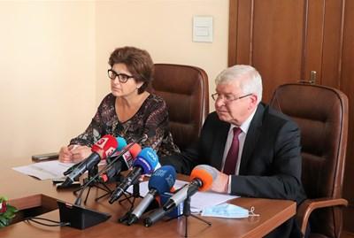 Финансовият министър Кирил Ананиев и заместничката му Маринела Петрова представиха параметрите, при които България е пласирала успешно емисията облигации на международните пазари.