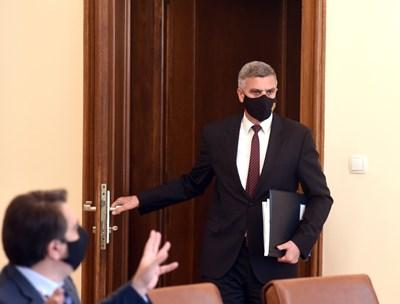 Служебният финансов министър Асен Василев (седналият) е автор на идеята за прочистване на избирателните списъци, която премиерът Стефан Янев е одобрил да бъде разработена.