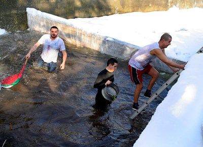 Седем младоженци и 4-годишно момче ще скочат в понеделаник в Чолаковия вир в Перущица. Снимка: 24 часа