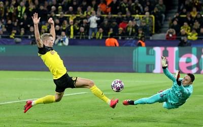 """Норвежецът Ерлинг Браут Холанд отправя първия си удар във вратата като играч на """"Борусия"""" (Д) в Шампионската лига и той отново се превръща в гол. СНИМКИ: РОЙТЕРС"""