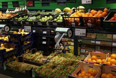 Производителите на плодове и зеленчуци трябва да имат сертификати и да минат през редица проверки, преди да продават в супермаркетите.