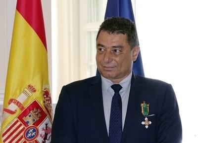 Задържаният Цветан Панков с медала от испанския посланик