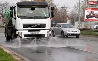 Продължава машинното миене на улици и булеварди в София