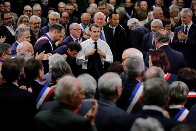 Президентът Еманюел Макрон на среща с кметове в Париж СНИМКА: Ройтерс