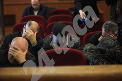 Обвиняемите крият лицата си в съдебната зала. Снимки: Румяна Тонева СНИМКА: 24 часа