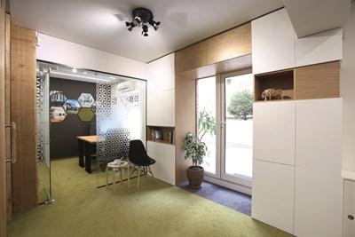 """Януари - """"Владимиров-Гюнелиев архитекти"""": Това е новият офис на архитектите. Оформен е от самите тях така, че да напомня за атмосферата на приятен дом. Ефектът е постигнат и заради използването на натурален дъб"""