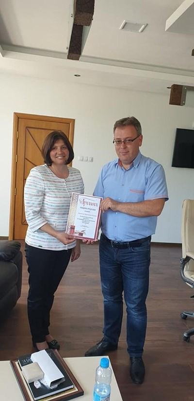 За високите резултати освен от просветното министерство Даниела Куцева получи грамота и подаръци от кмета на Рудозем Румен Пехливанов. СНИМКА: Валентин Хаджиев