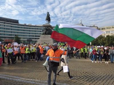Стотици строители на пътища от цялата страна протестират пред парламента. СНИМКИ: Румяна Тонева