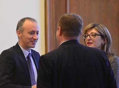 Министър Красимир Вълчев разговаря с вицепремиерите Екатерина Захариева и Красимир Каракачанов. СНИМКА: Йордан Симeонов