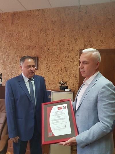 Станимир Смилков връчва сертификата на проф. Росен Василев