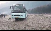 Бурна река погълна автобус в северна Индия
