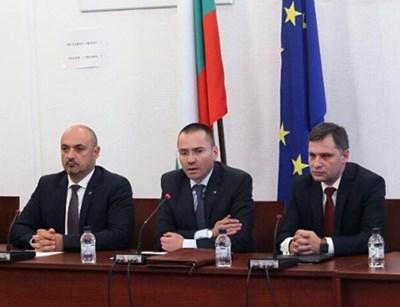 Народните представители от ВМРО Красимир Богданов, евродепутатът Ангел Джамбазки и Александър Сиди (от ляво надясно) по време на разискванията в парламента.  СНИМКА: ВМРО