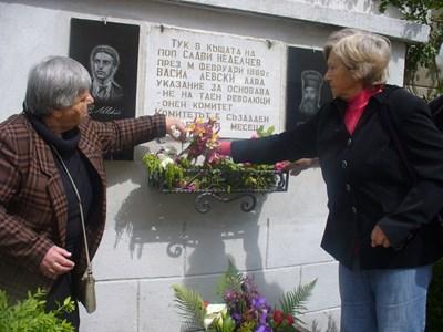 Жителите на Долно Сахране отрупаха паметната плоча за Васил Левски и поп Слави Неделчев с цветя. СНИМКА: Ваньо Стоилов