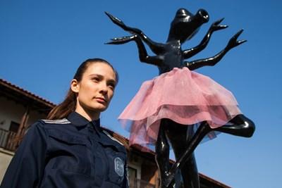 Лорина Камбурова до статуята, която оживява и се превръща в кръвожадна химера.