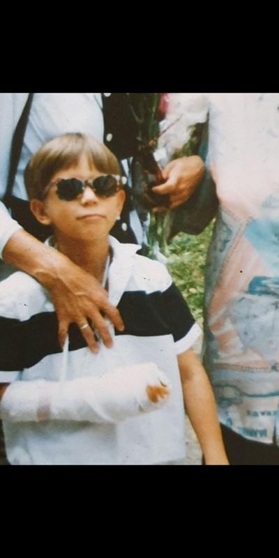 Александър Алексиев на първия учебен ден със счупена ръка. СНИМКА: ЛИЧЕН АРХИВ