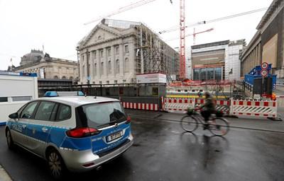 Полиция през музеи в Берлин, където злосторници заляха с маслена течност произведения на изкуството СНИМКИ: Ройтерс