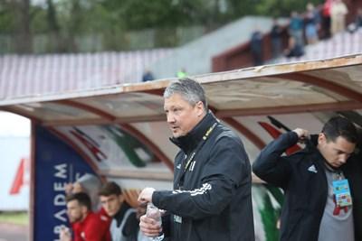 """Наставникът на """"червените"""" Любо Пенев наблюдава концентрирано случващото се на терена срещу """"Арда"""". СНИМКА: Николай Литов"""