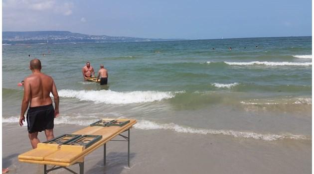 Как да познаете, че някой не е от морето? Наблюдавайте го как се опитва да влезе с пейка в него, за да пие бира