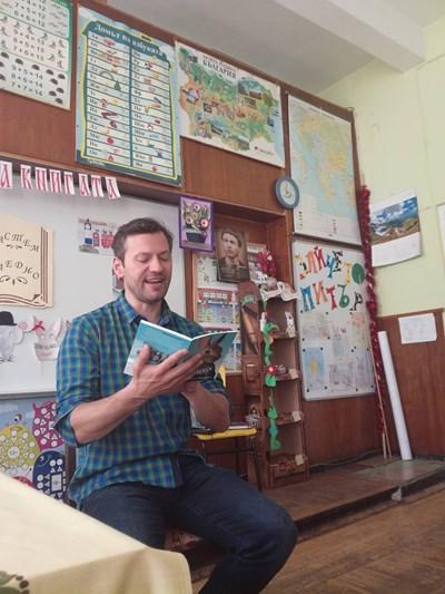 """Орлин Павлов чете """"Зайчето Питър"""" на деца"""