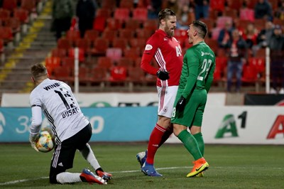 Раул Албентоса и Клаудиу Кешерю се ежат един на друг по време на дербито. СНИМКА: Йордан Симeонов