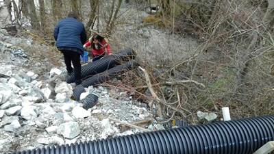 Незаконните тръби, които изливат директно отрови в река Юговска.