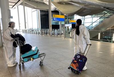 """Пасажери на """"Хийтроу"""" са се подсигурили дори с предпазни костюми."""