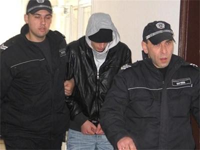 Ник криеше лицето си от журналистите, когато го водеха към съдебната зала.  СНИМКА: АВТОРЪТ