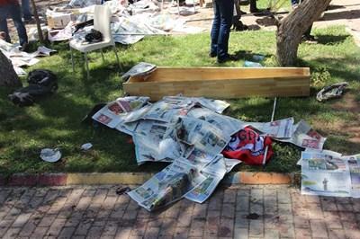 Тялото на жертва на атентата в Суруч лежи покрито с вестници, до него е поставен ковчег.