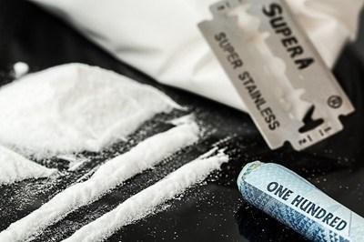 Единият от мъжете е предал доброволно три хартиени пакетчета, съдържащи бяло кристалообразно вещество, което при направения полеви тест е реагирало на метамфетамин СНИМКА: pixabay