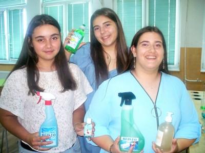 Виктория Петрова, Янна-Силви Тончева и Вилияна Динева (от ляво на дясно) са горди със своята продукция.   СНИМКА: Ваньо Стоилов