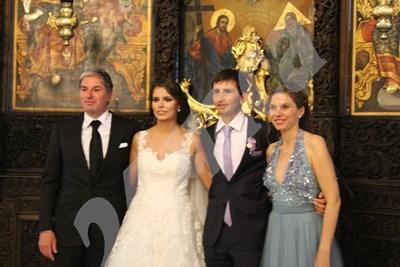 Младоженците и кумовете пред олтара на църквата след края на църковната церемония