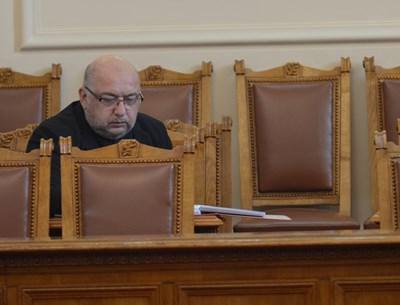 Министър Красен Кралев слуша внимателно дебатите по второто четене на новия закон за спорта. СНИМКА: Йордан Симeонов