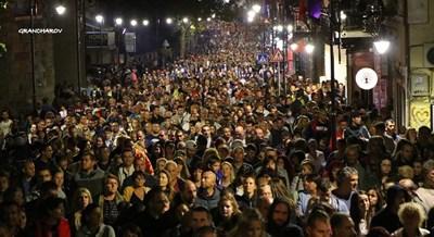 В социалната мрежа от часове се споделят нощни уникални кадри от Деня на независимостта, който по традиция се празнува във Велико Търново.