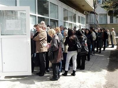 МВР призовава хората да подават заявления сега, за да не чакат на опашки за нови документи.