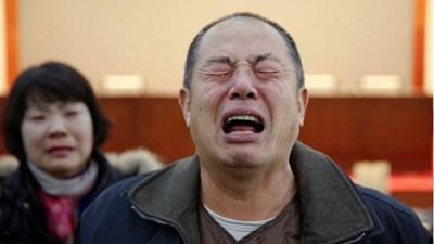 Роднина на загинал пасажер плаче безутешно.
