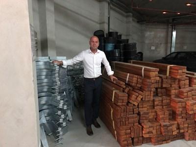 """Кметът на """"Тракия"""" Костадин Димитров е осигурил материалите за новите пейки."""
