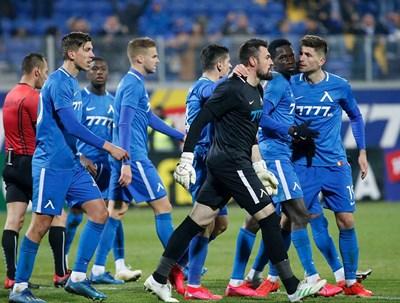 """Футболистите на """"Левски"""" се съгласиха с наложително предложеното от ръководството намаляване на заплатите наполовина до края на извънредното положение и липсата на тренировки и мачове."""