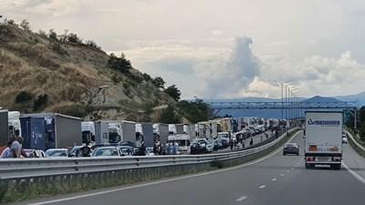 Опашката за влизане в Гърция през Кулата намаля, но още е километрична. Това е единственият пункт, през който Гърция допуска български туристи. СНИМКА: ТОНИ МАСКРЪЧКА