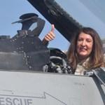 Херо Мустафа позира от пилотската кабина на F-16. Снимки: Авторът